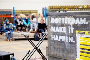 De pay-off Rotterdam Make It Happen is zichtbaar op het buitenterrein van de Kroon Rotterdam. Foto door Iris van den Broek via Rotterdam Branding Toolkit.
